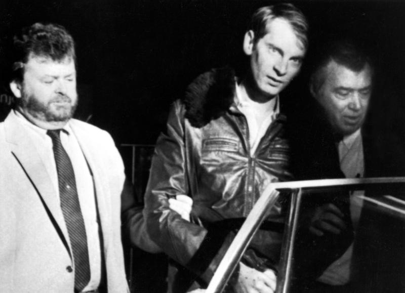 Two New York City detectives take Bernhard H. Goetz from a Concord, N.H. police station early Thursday morning, Jan. 3, 1984, to return him to New York where he will face charges.