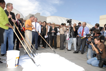 Bloomberg, Al Gore, and a small army of volunteers push around the eco-friendly white paint on the roof top of a Queens YMCA (photo by Jerry Speier).